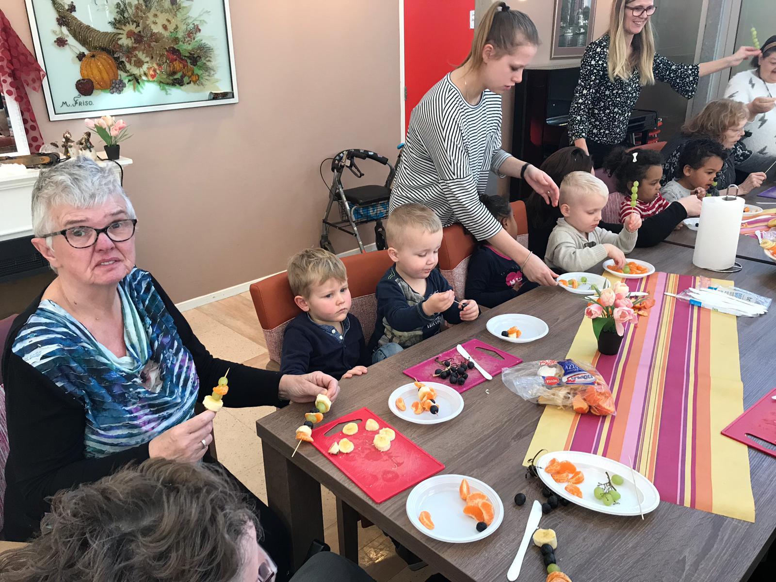 Kinderopvang ouderen samen spelen gezond
