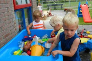 Peuteropvang De Krummelborg Schildwolde Kids First COP groep buiten spelen peuterschool peuterspeelzaal