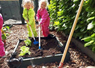 Kinderdagverblijf Maasstraat Assen meisjes tuin - Kids First COP Groep