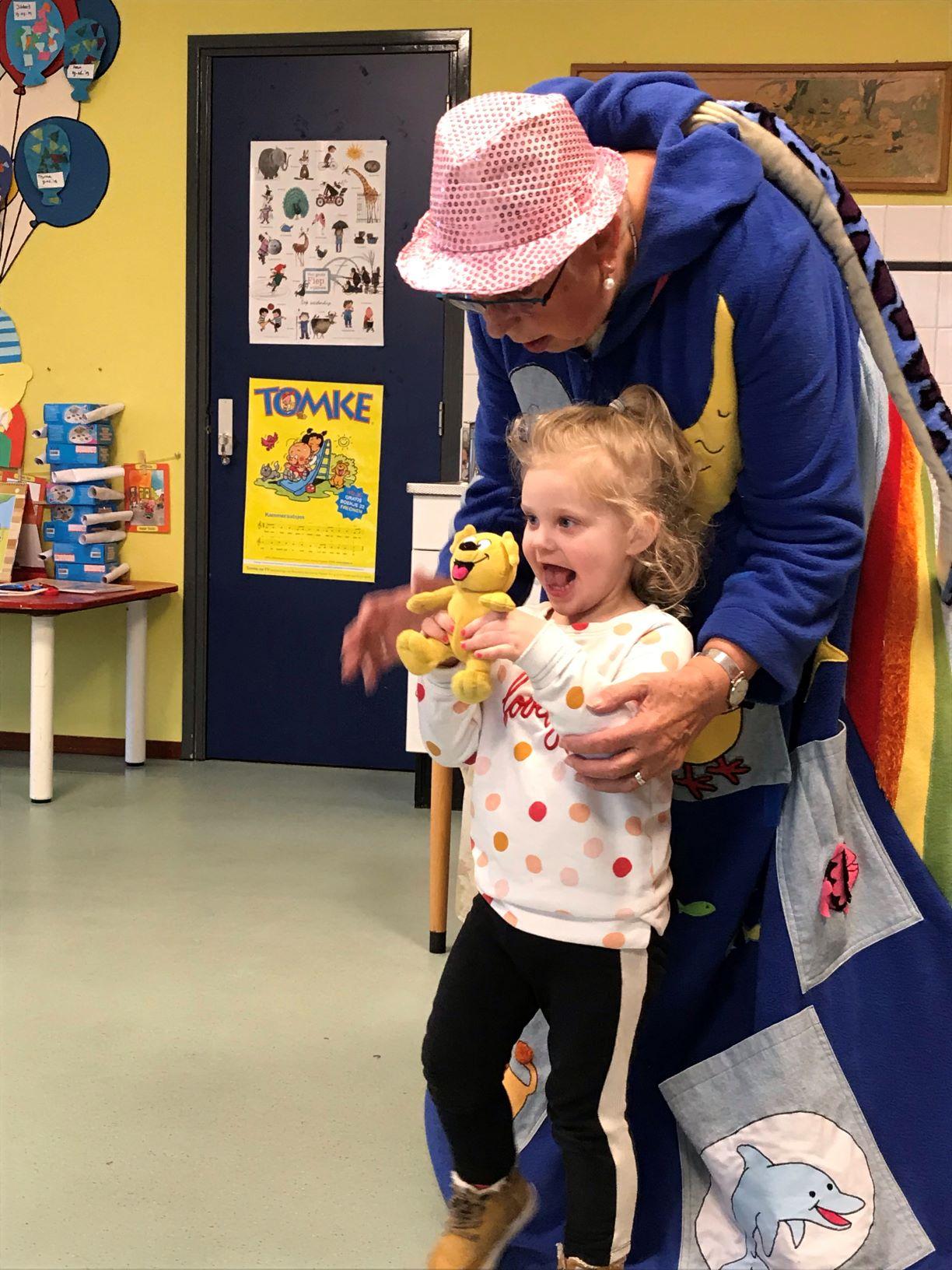 Riemkje Pitstra vertelt een Tomkeverhaal met de verteljas aan, peuteropvang Raerd Kids First COP groep Friesland