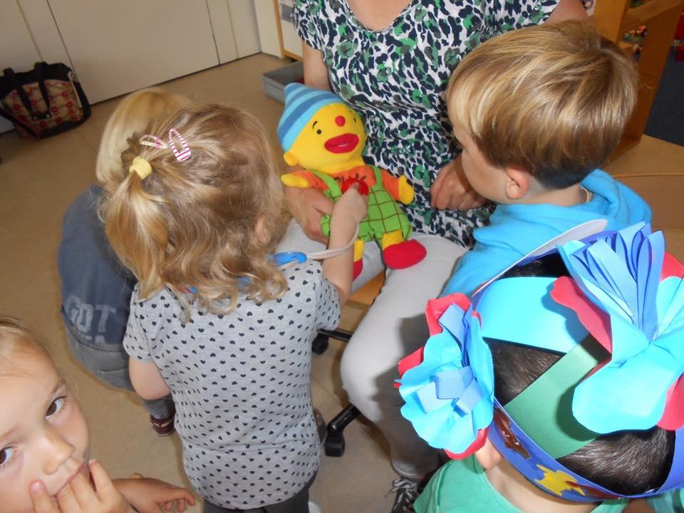 Zieke knuffels op bezoek bij knuffeldokter - Kids First COP groep