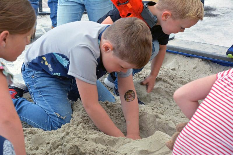 kinderen graven schat in zand